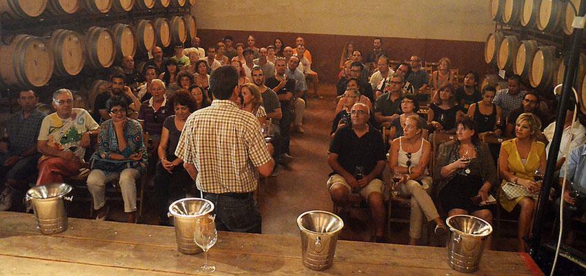 La Cooperativa La Viña de la Font de la Figuera acogió la Sesión de Teatro y Poesía Europea del Festival de Dins y ofreció una cata de sus mejores vinos