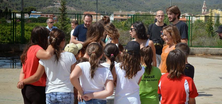 Los alumnos del CRA de Albalat dels Tarongers con parte del equipo de las Pequeñas Europas y concejales del Ayuntamiento
